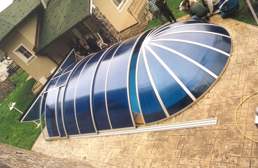 Montaža pomične strehe za bazen v Kopru
